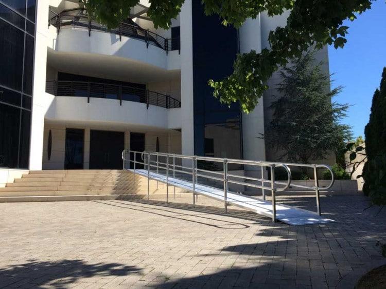 nationalramp-private-home-aluminum-ramp-750x563