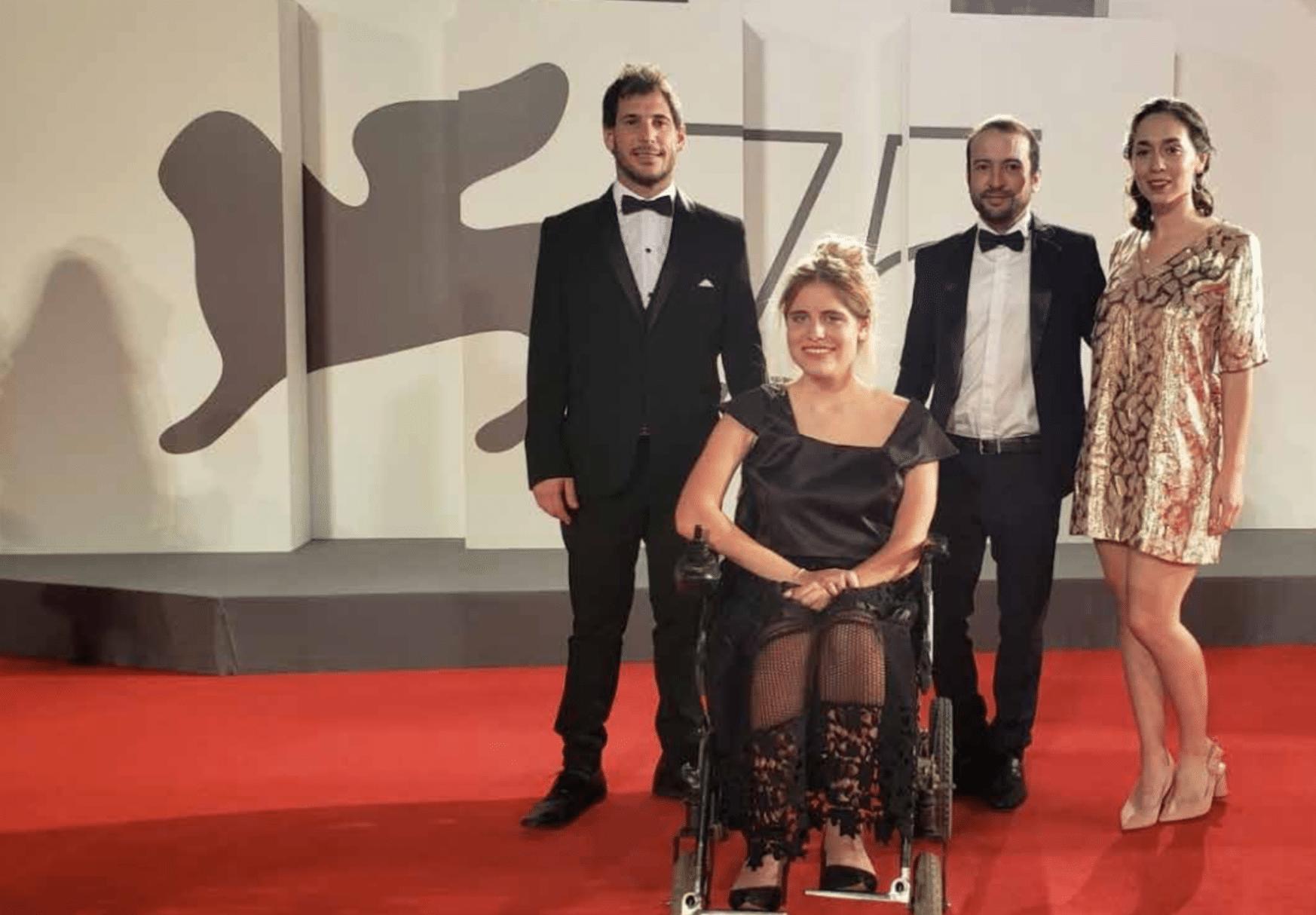 a tall man, Rosario Perazolo Masjoan in her wheelchair, Ezequiel Lenardon, and María Belén Poncio on red carpet